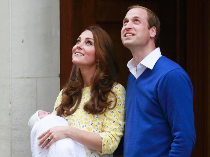 2.mai.2015 - Kate e William apresentam filha, Charlotte Elizabeth Diana, em frente ao hospital St. Mary, em Londres