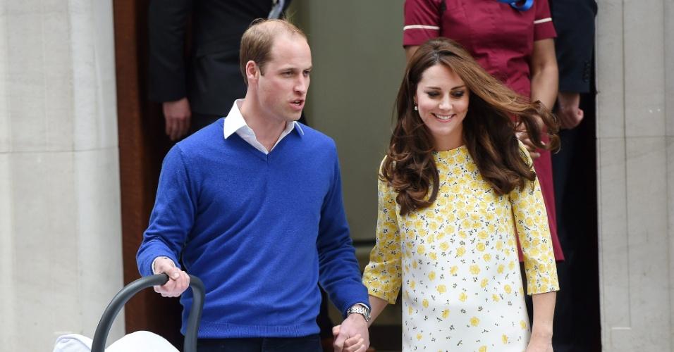 2.mai.2015 - Kate e William apresentam filha, Charlotte Elizabeth Diana, em frente ao hospital St. Mary, em Londres, e seguem em direção ao Palácio de Kensington