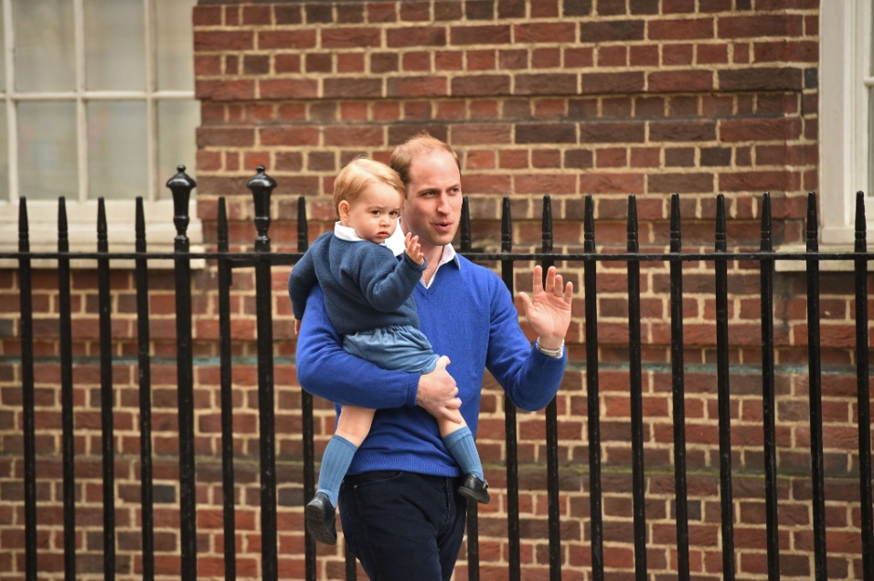 2.mai.2015 - Príncipe William leva o primogênito, George, para conhecer a irmã no hospital. A menina de William e Kate Middleton, quarta na sucessão ao trono britânico, nasceu às 8h34 deste sábado