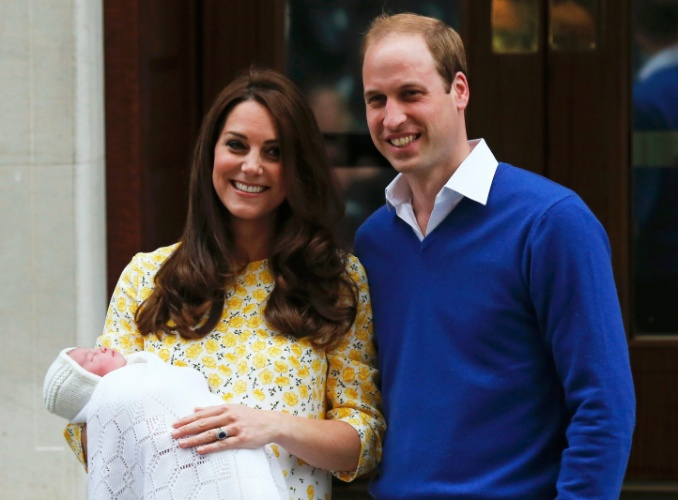 2.mai.2015 - Kate e William apresentam filha em frente ao hospital St. Mary, em Londres. Dois dias após o nascimento, a menina ganhou o nome de Charlotte Elizabeth Diana
