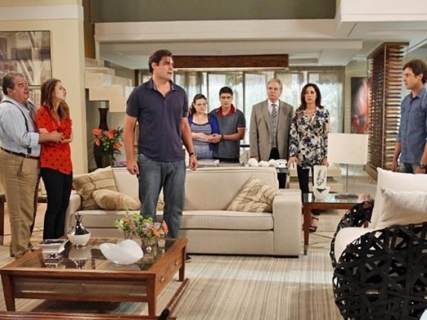 Laura reúne todas as provas necessárias contra Marcos e o desmascara em frente à família em