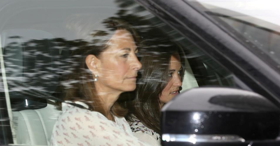 3.mai.2015 - Carole e Pipa Middleton, mãe e irmã da duquesa de Cambridge, visitam a filha de Kate, Charlotte Elizabeth Diana, no dia seguinte ao seu nascimento, no Kensington Palace