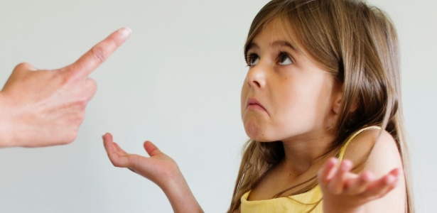 Menina é cobrada por adulto. - Getty Images