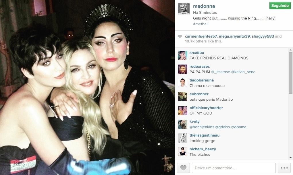 04.mai.2015 - Madonna aproveitou um encontro com Katy Perry e Lady Gaga e registrou o momento. Todas estavam no baile do MET 2015, que aconteceu nesta segunda-feira em Nova York, no Estados Unidos.