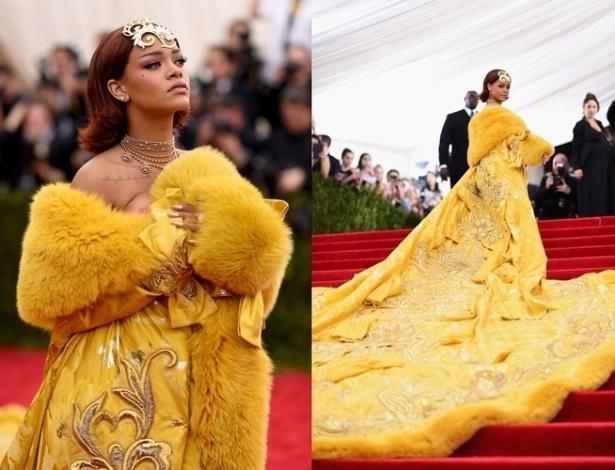 04.mai.2015 - Rihanna causou ao chegar no tapete vermelho do MET 2015, em Nova York. A cantora optou por um modelo amarelo da estilista chinesa Guo Pei: um vestido de ombro a ombro com aplicações de pele, bordados e uma longa cauda - Getty Images