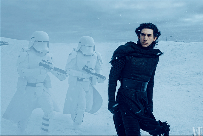 """A produção liberou novas fotos do longa dirigido por J.J. Abrams. O ator Adam Driver encarna o vilão do episódio 7 de """"Star Wars"""". Nesta cena, Driver aparece sem a máscara"""