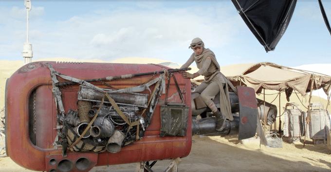 """Atriz Daisy Ridley se prepara para gravar cena em que pilota uma nave Star Destroyer m """"Star Wars: Episódio VII - O Despertar da Força"""""""