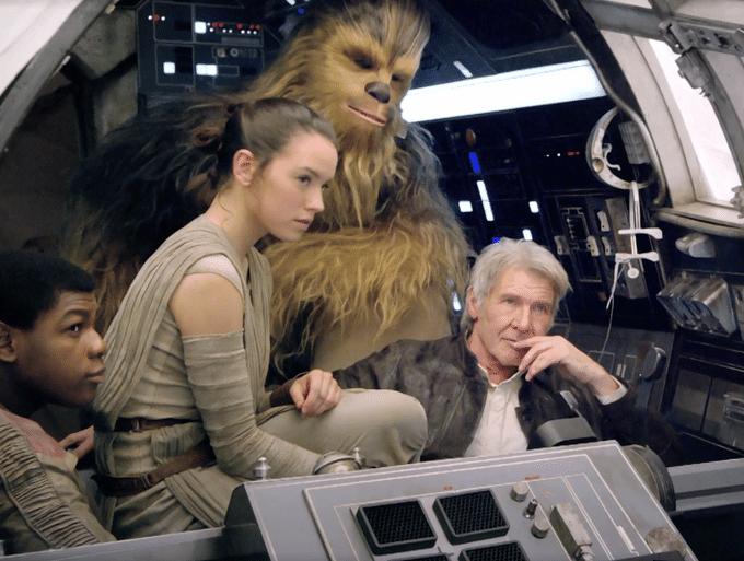 """Harrison Ford, John Boyega e Daisy Ridleyem cena ao lado de Chewbacca, no episódio 7 de """"Star Wars"""" dirigido por J.J. Abrams"""