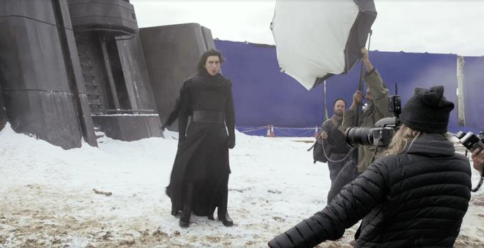"""O ator Adam Driver grava cena do episódio 7 de """"Star Wars"""". Driver encarna o papel do vilão e aparece sem a máscara"""
