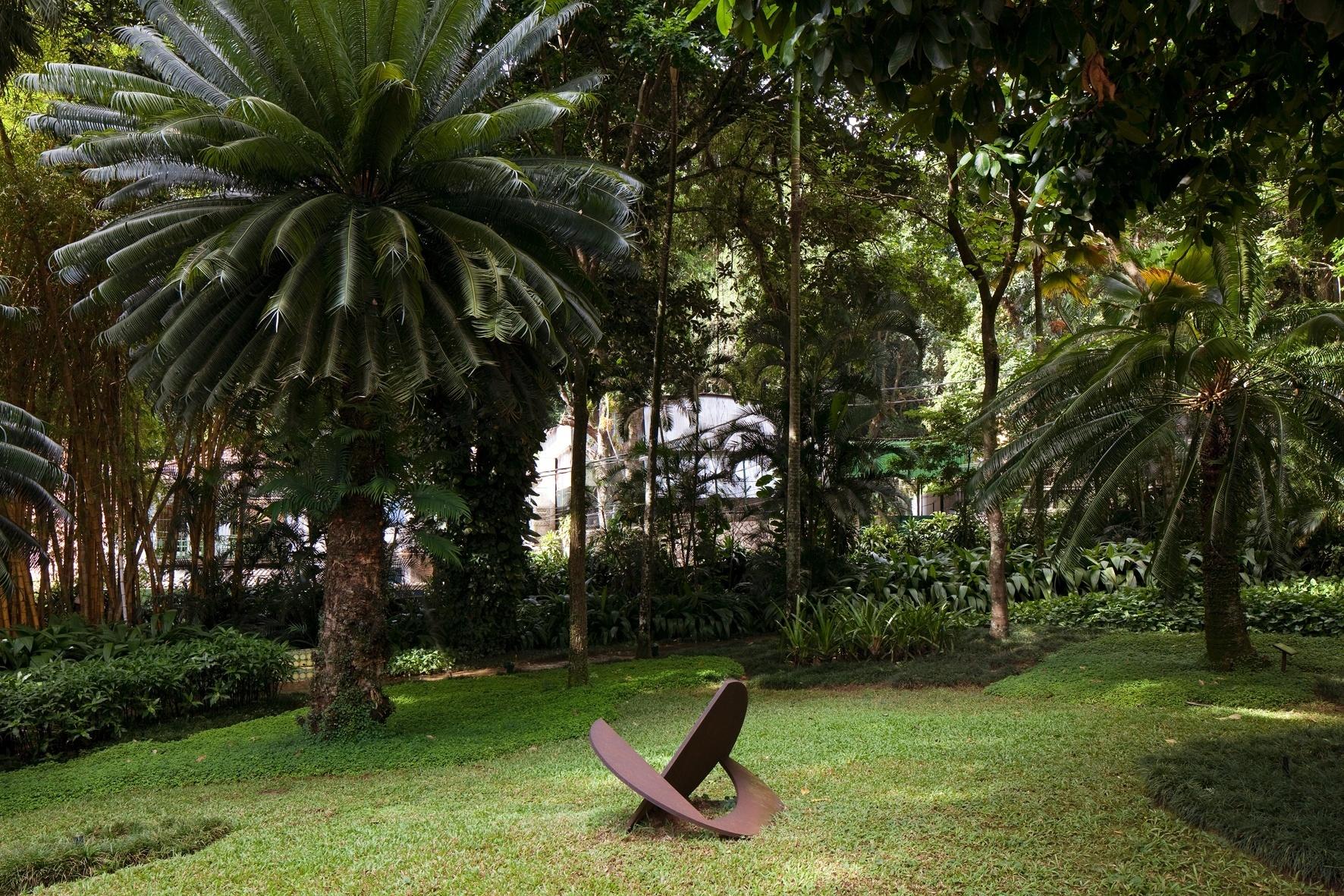 O jardim de entrada da residência Walter Moreira Salles f6d3f185da899