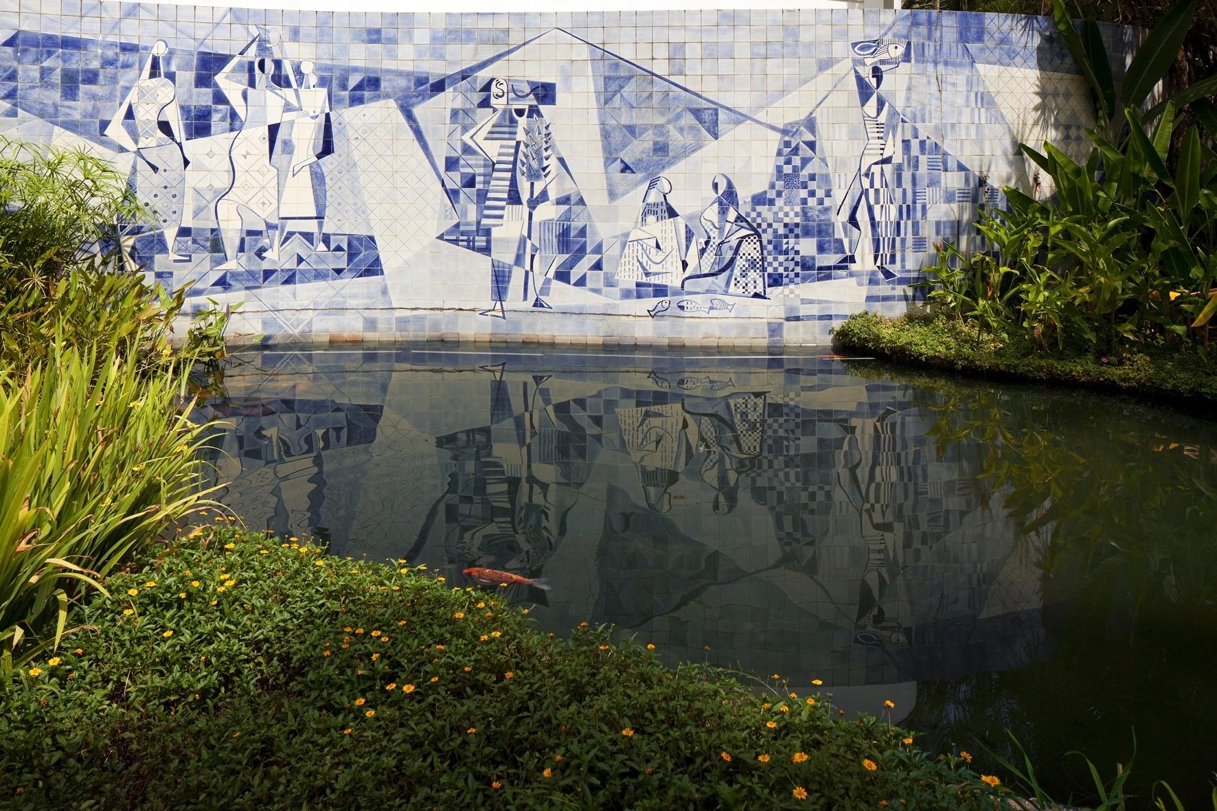 O painel de azulejos mostra peixes e lavadeiras; foi desenhado pelo paisagista Roberto Burle Marx, que criou o jardim da residência Walter Moreira Salles, no Rio de Janeiro, nos anos 1950. No lago, nadam carpas e tartarugas. Para o espelho d'água, o projeto original previa ainda um jardim aquático, com murerés e ninfeias de quatro cores: rosada, rosa-escuro, azul e branco. Nas margens, além dos lírios amarelos, há papiros e lanças-de-são-jorge
