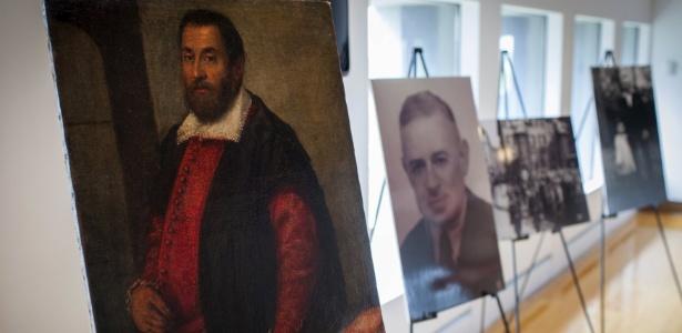 """A pintura """"Retrato de um Homem"""", ao lado da foto do curador August Liebmann Mayer, no Museu do Patrimônio Judeu de Nova York - Mike Segar/Reuters"""