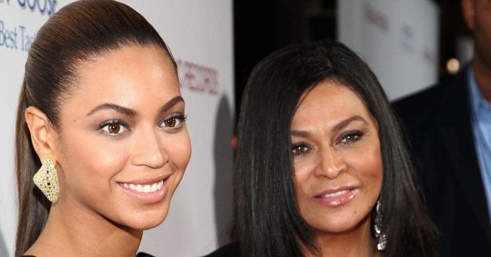 """24.nov.2008 - Beyoncé posa ao lado da mãe Tina Knowles na estreia do filme """"Cadilac Records"""", na Califórnia"""