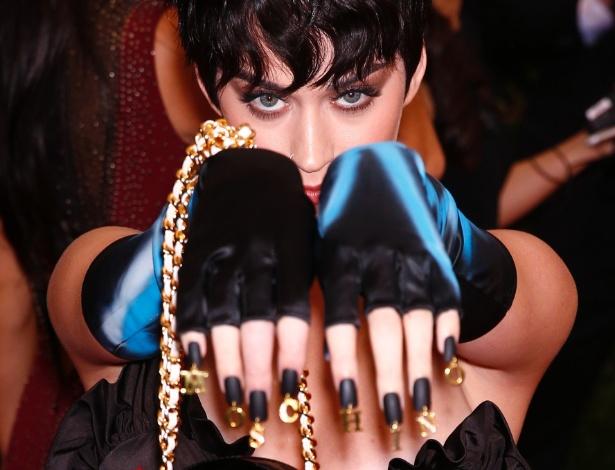 4.mai.2015 - Katy Perry exibe suas unhas enquanto passa pelo tapete vermelho do MET - Reuters