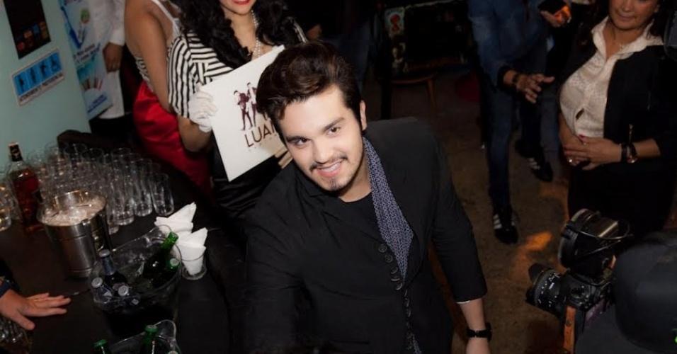 """4.mai.2015 - Luan Santana lançou, nesta segunda-feira (4), seu DVD, """"Acústico"""", em uma hambúrgueria em São Paulo"""