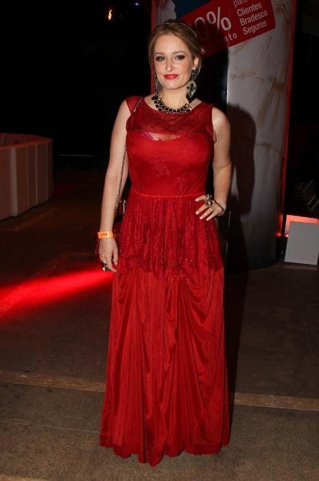 6.mai.2015 - Luciana Vendramini usa vestido longo vermelho para comparecer à festa de 5 anos do canal Viva!, no teatro Alfa, em São Paulo