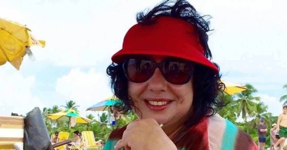 Ex-BBB Mariza Moreira curte o feriado tomando água de coco na praia