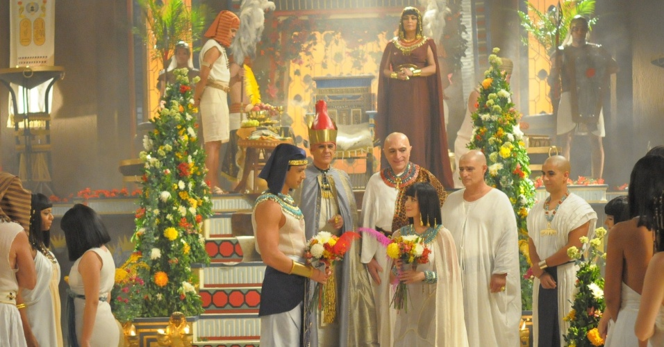 """Maya (Bárbara França) se casa com Ramsés (Sérgio Marone) na novela """"Os Dez Mandamentos"""""""