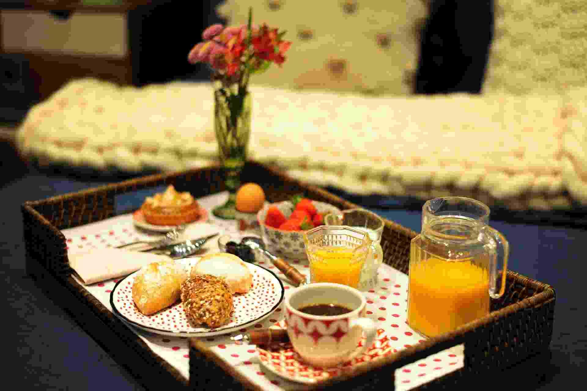 Surpreenda a sua mãe no dia dela, levando o café na cama. Aprenda aqui a montar uma bandeja romântica - Júnior Lago/ UOL
