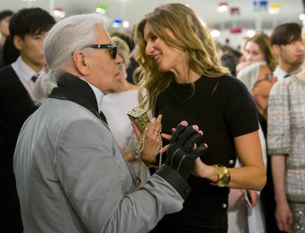 4.mai.2015 - Gisele Bündchen prestigia a nova coleção de Karl Lagerfeld - Thomas Peter/Reuters