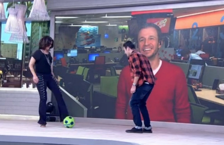 """7.mai.2015 - Ex-musa da Copa do Mundo, Fátima Bernardes jogou uma """"pelada"""" (e de salto alto!) durante o seu programa na manhã desta quinta-feira (7), ao lado do ator e comediante Marcos Veras, e sob os olhares atentos de Tiago Leifert"""