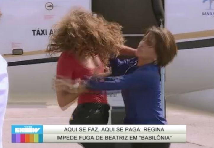7.mai.2015 - Regina (Camila Pitanga) impede Beatriz (Glória Pires) de fugir do Brasil