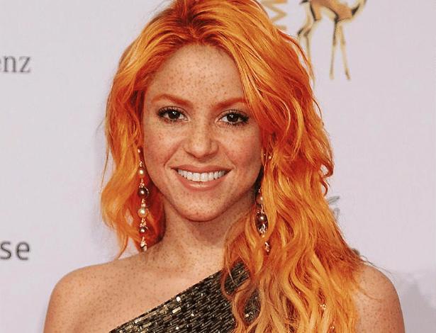 A cantora colombiana Shakira ganhou charmosas sardas para acompanhar o cabelo ruivo