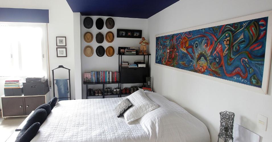 O quarto do ator e designer Nico Puig é baseado na dupla branco e azul e, por isso, a atmosfera é de paz. Sobre a cama, um extenso quadro e, junto à estante que serve como sapateira, uma coleção de chapéus serve como decoração