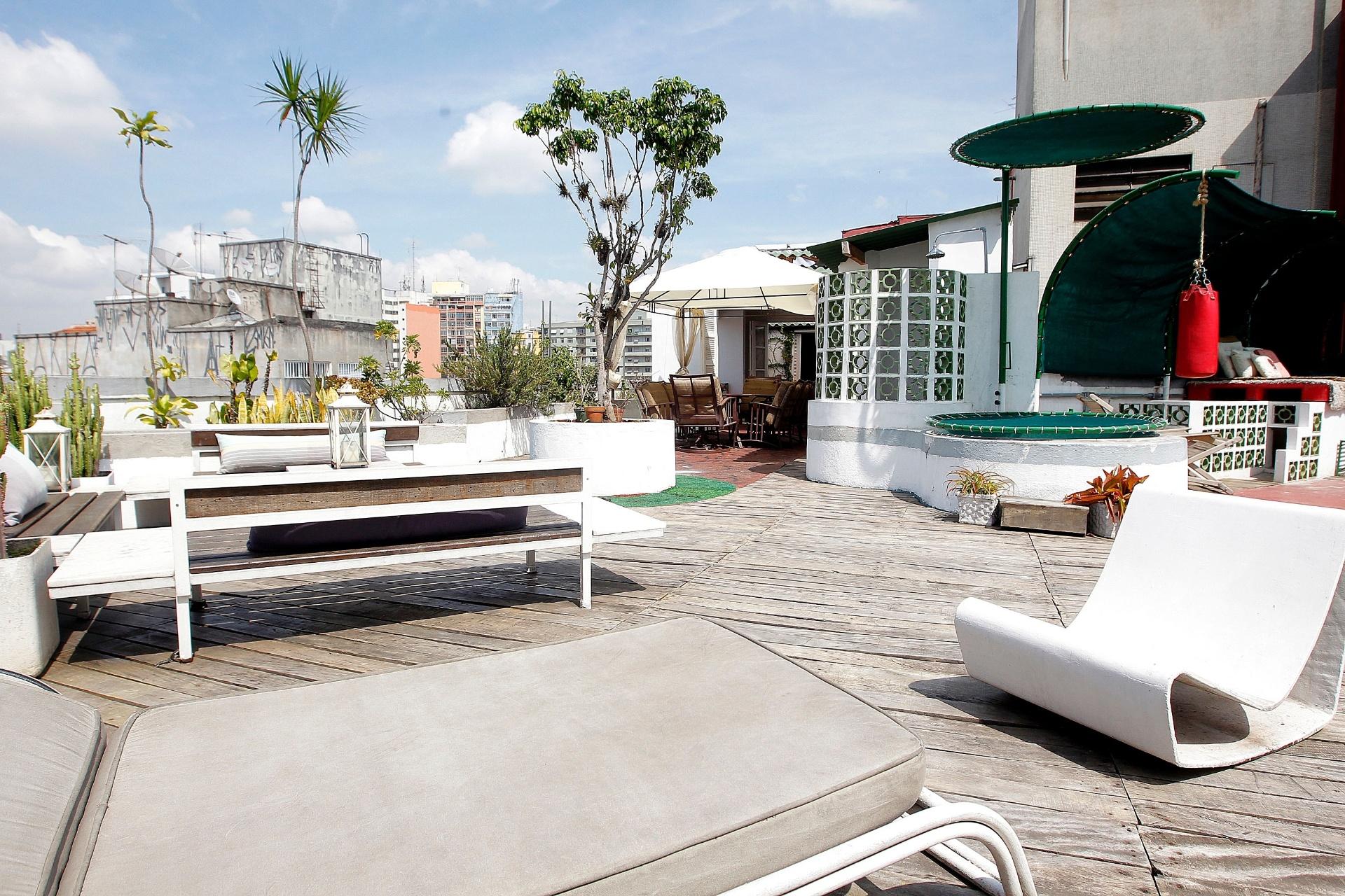 O piso da cobertura, que lembra um deck, é feito com tábuas de peroba de demolição.