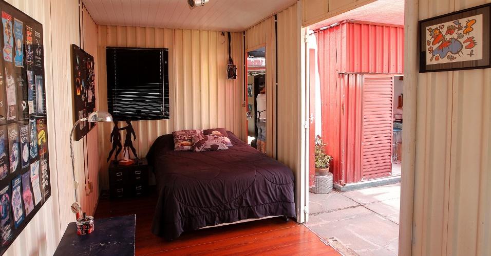 Um dos quartos para hóspedes é formado pela estrutura composta por contêineres emendados e reaproveitados, sobre a cobertura do edifício.