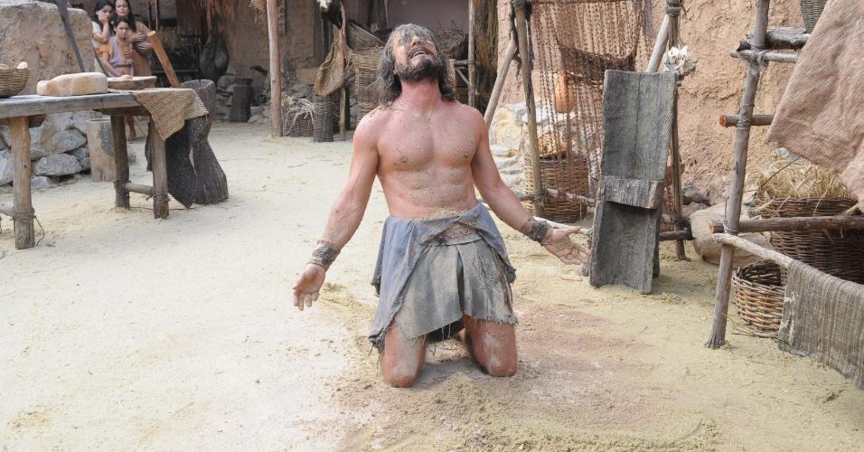 """Em os """"Dez Mandamentos"""", Arão cai de joelhos ao descobrir a morte de Num"""