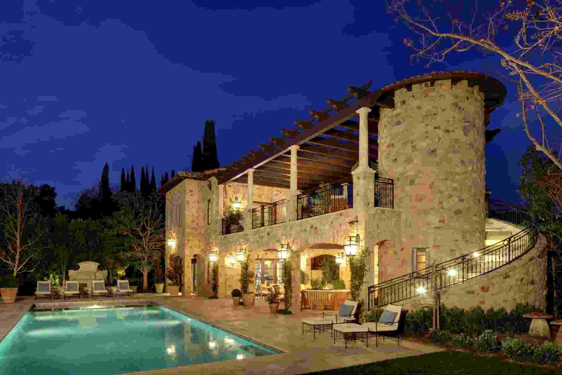 """(Imagem do NYT, usar apenas no respectivo material) Esta villa Italiana com inspiração na Toscana foi projetada pelo arquiteto Richard Landry na Califórnia. Responsável por diversas casas dos chamados """"1%"""" - ou seja, os detentores da maior parte da riqueza norte-americana - o arquiteto não julga seus clientes, mima-os. Todavia, Landry tem fama de cafona frente aos críticos da arquitetura - Trevor Tondro/ The New York Times"""