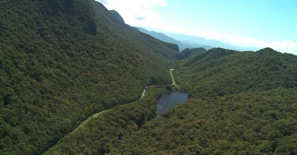 No passeio, é possível sobrevoar as curvas da estrada de ferro, os túneis abertos para a passagem dos trens e a exuberância da Mata Atlântica.
