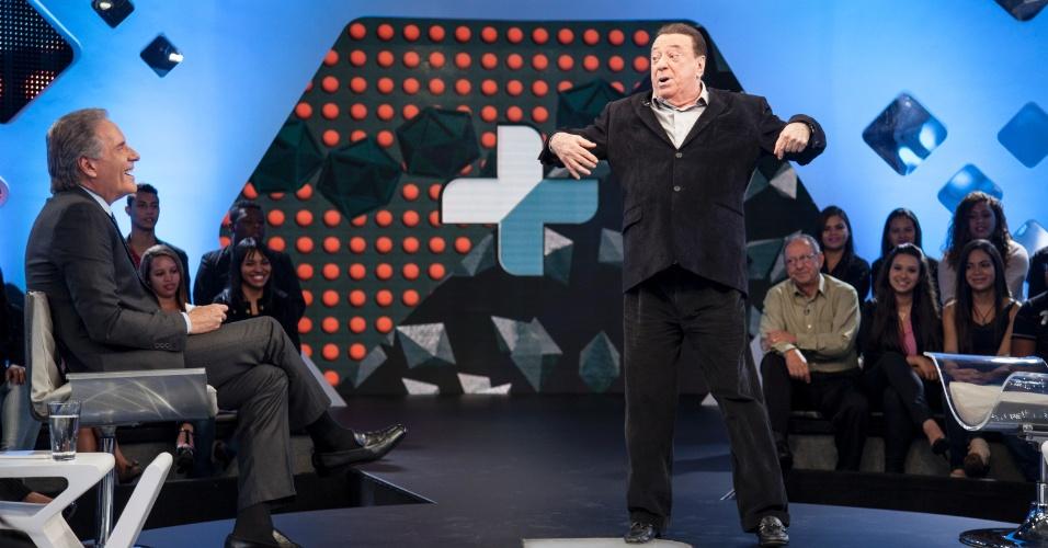 Raul Gil participa de uma radionovela com a sonoplastia feita na hora no