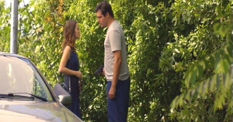 8.mai.2015 - Marcos ameaça Laura e pede para ela entrar no carro