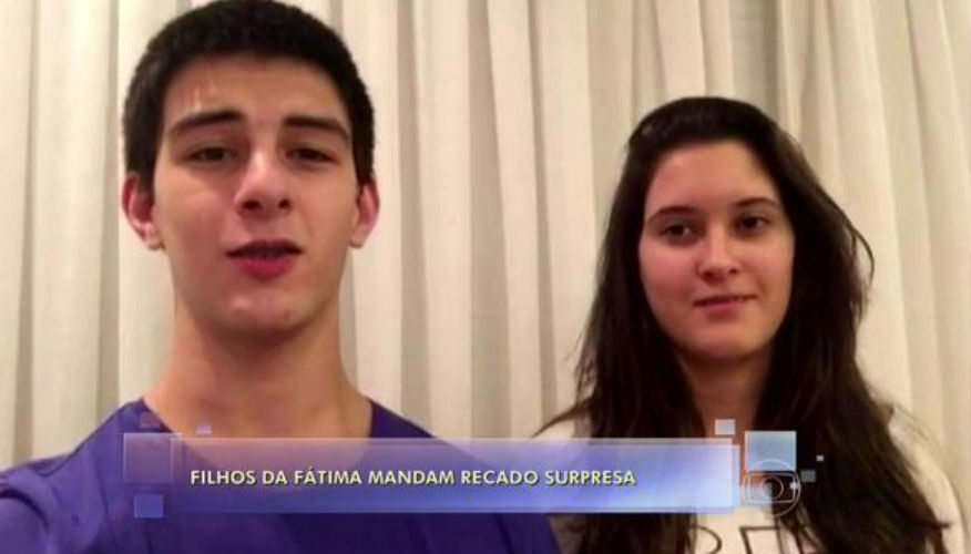 """8.mai.2015 -  Os trigemêos Beatriz, Laura e Vinícius --apenas dois apareceram-- homenagearam Fátima Bernardes às vésperas do """"Dia das Mães"""", durante um VT exibido em seu programa na Globo"""