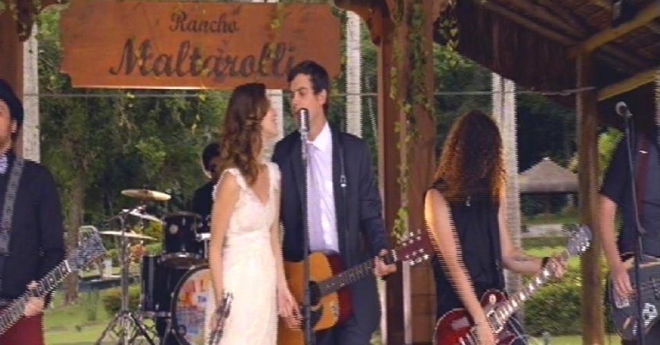 Caíque e Laura cantam durante a festa de casamento