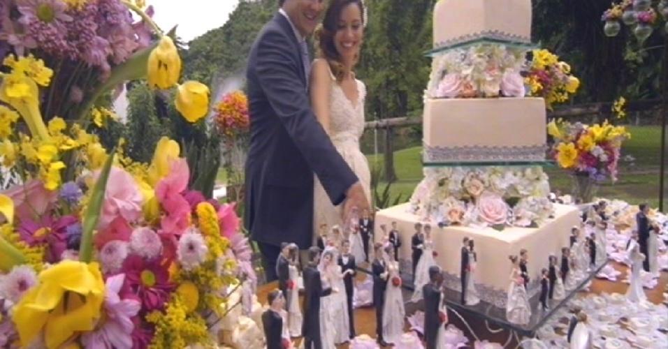 Casados, Laura e Caíque cortam o bolo