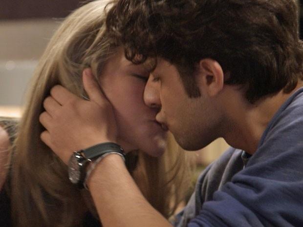 Cecília e Rafael se beijam antes de irem para a cama