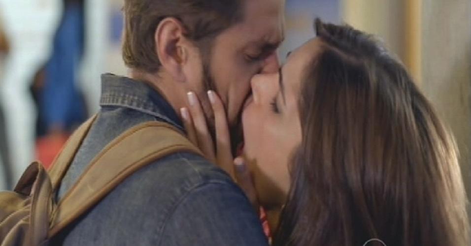 César dá um beijo de despedida em Itália