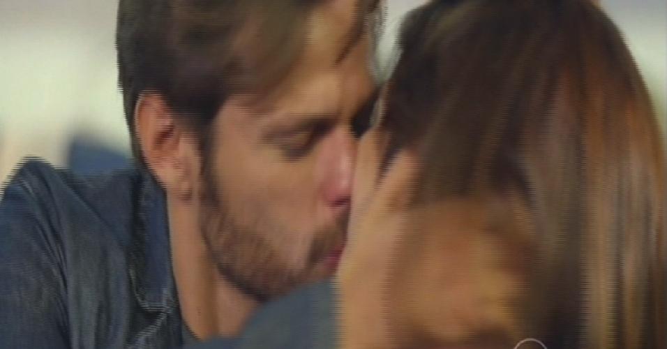 César e Itália se beijam