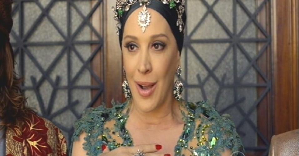 """""""Eu e o rei Mohammed prometemos um reinado de paz e amor. O Brasil é uma república, mas eu nasci para reinar, fazer o quê?"""", diz Samantha em seu pronunciamento como rainha"""