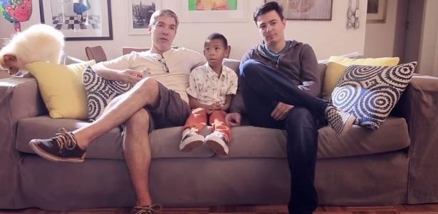 O casal Gilberto e Rodrigo  com o filho adotivo, Paulo Henrique, de cinco anos - Reprodução