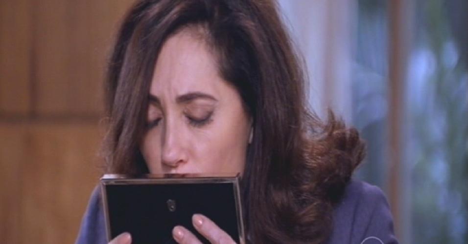 Maria Inês beija a foto de Marcos e diz para Marcelo que é muito difícil não se sentir culpada