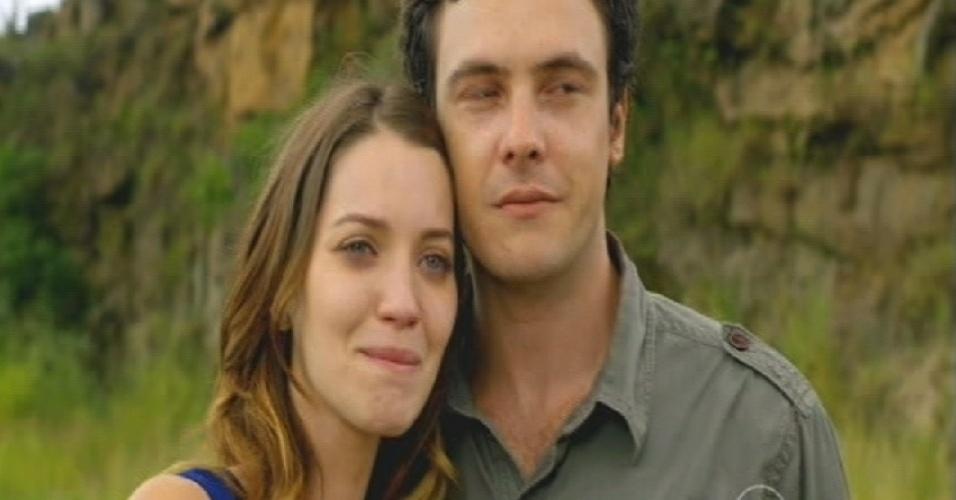 Laura e Caíque ficam juntos após o resgate chegar e levar Marcos