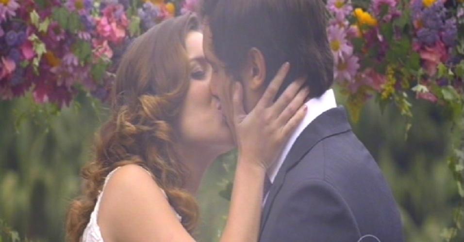 Laura e Caíque se beijam