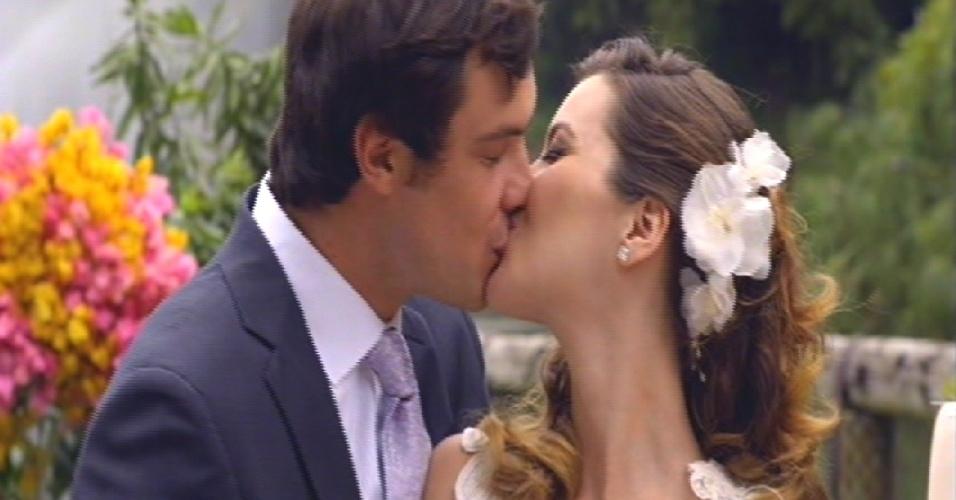 Laura e Caíque se beijam após cortar o bolo