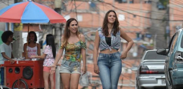 """Danda (Tatá Werneck) e Mari (Bruna Marquezine) pelas ruas da comunidade em """"I Love Paraisópolis"""""""