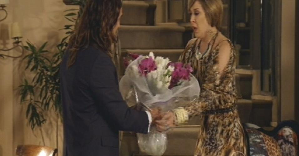 Mohammed entrega flores para Samantha e pede perdão