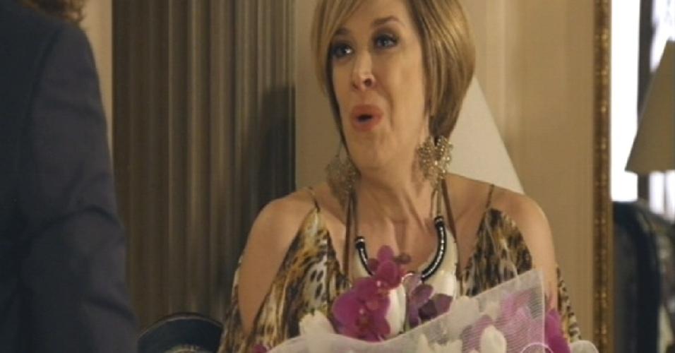 Para surpresa de Mohammed, Samantha rejeita as flores e diz que não gosta desse estilo bonzinho